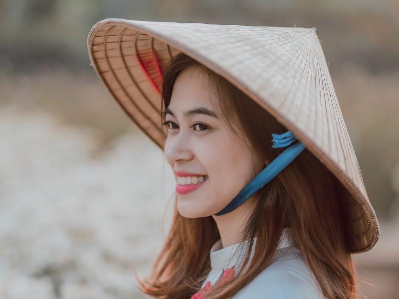 Vietnamesin mit konischem Hut