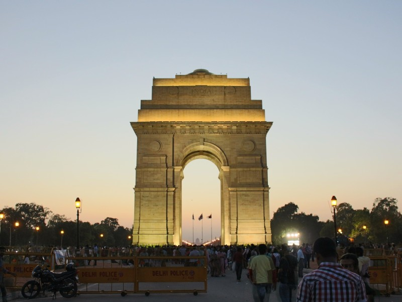 India Gate am Abend in New Delhi
