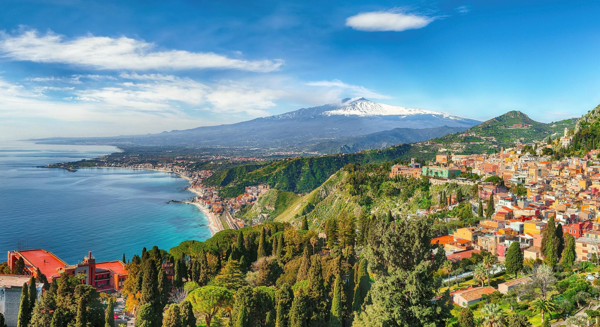 Taormina mit Ätna im Hintergrund