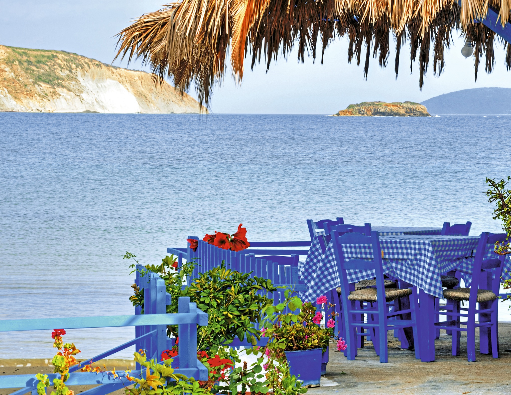 Blaue Stühle auf den Peloponnes
