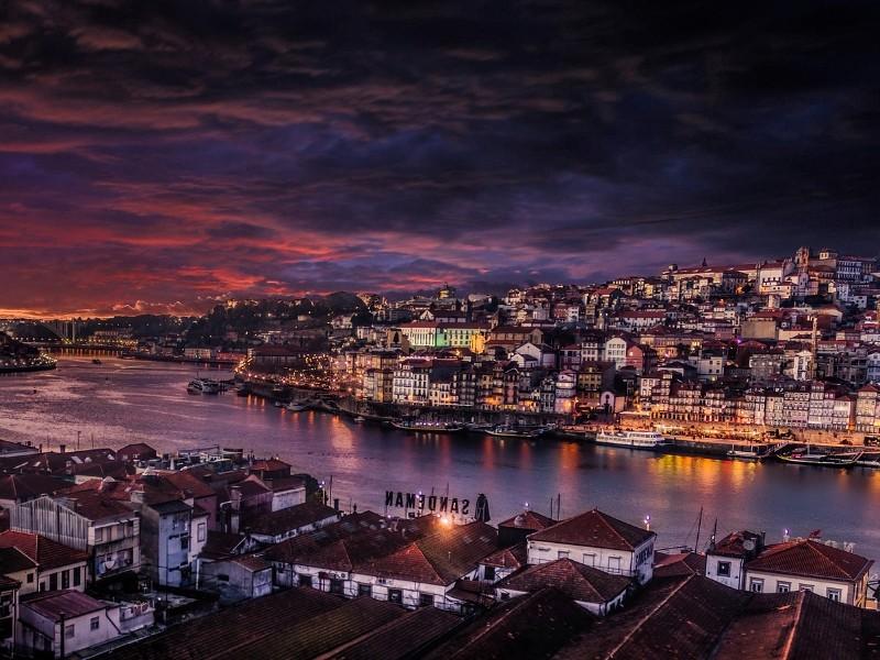 Panorama von Porto bei Nacht