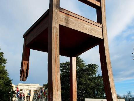 schweiz-genf-broken chair