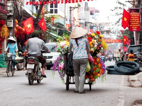 Verkäuferin auf den Straßen von Hanoi