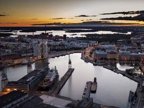 Hafen von Helsinki am Abend